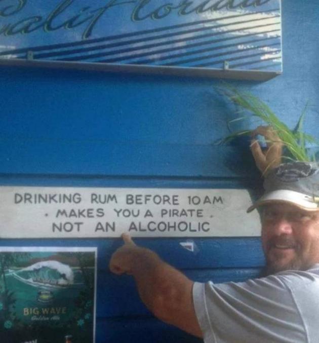 """Pour les anglophobes : """"Boire du rhum avant 10h du mat', fais de vous un pirate, pas un alcoolique"""""""
