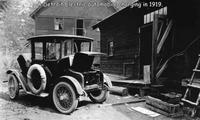 Une voiture électrique à la charge en 1919
