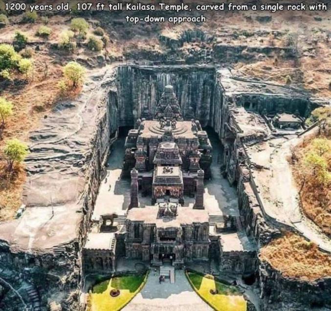 Le temple de Kailâsanâtha a été construit (ou plutôt excavé) par le creusement de la falaise à partir de son sommet vers le bas, pour dégager les cours, espaces libres, mais aussi les salles intérieures, en conservant les piliers et les murs nécessaires, ainsi que les sculptures et les décorations souhaitées. C'est probablement la plus grande construction monolithique du monde