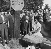 1957 : 1er jour d'école après abolition de la ségrégation pour Elizabeth Eckford, 15 ans, sous les quolibets de certains...