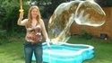Madame est experte dans l'art de faire s'élever sa bulle !