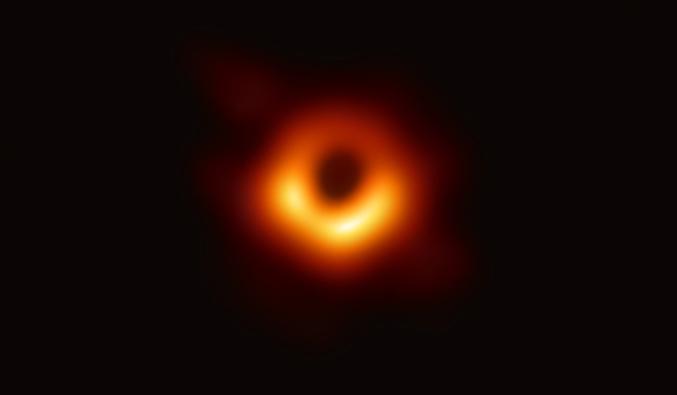 La toute première image d'un trou noir et de son disque d'accrétion, au cœur de la galaxie M87. Plus d'info ici (une fois que le site est plus planté): https://www.eso.org/public/news/eso1907/