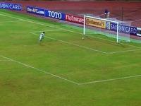Un gardien sort de son but pour intercepter un ballon… et se troue complètement