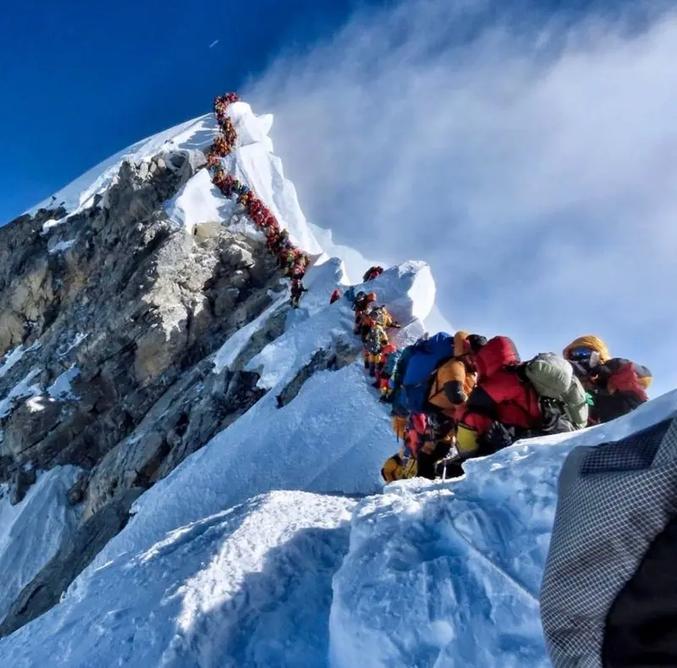 Embouteillage à l'approche du sommet de l'Everest. Cette année a vu tomber un record à la fois en nombre de personnes atteignant le sommet, ainsi qu'en nombre de victimes.