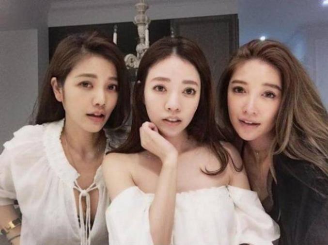 La mère au milieu 63 ans à gauche 36 ans et à droite 41 ans. Plus de photos https://www.ipnoze.com/2017/06/30/mere-filles-taiwanaises-jeunesse/