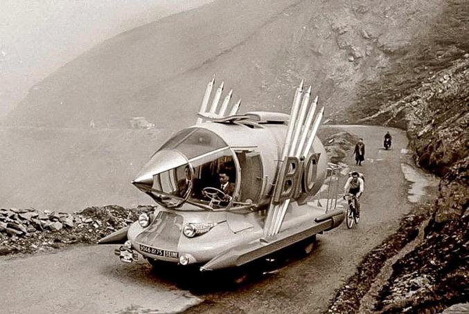 La voiture publicitaire pour Bic.