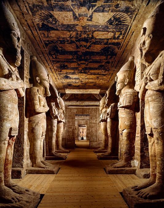 """Situé dans la région de la Nubie comme beaucoup d'autres constructions égyptiennes, il avait vocation à marquer les esprits locaux pour asseoir la domination de Pharaon. Il était construit de manière à ce que, deux fois par ans, trois statues de Rê-Horakhty, Ramsès II et Amon-Rê soient baignées de la lumière du soleil afin de les """"régénérer"""".  Les 8 statues de Ramsès II sur la photo font chacune 10 mètres de haut.  https://fr.wikipedia.org/wiki/Grand_temple_d%27Abou_Simbel Photo prise par Araldo de Luca."""