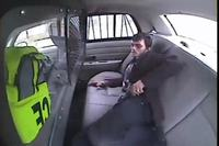 Comment s'échapper d'une voiture de Police avec un briquet