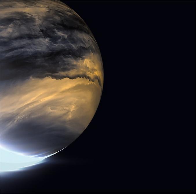 Akatsuki est la seule sonde orbitant actuellement autour de Vénus. Elle a été lancée par les Japonais, et permet d'observer la planète dans des fréquences invisibles à l'œil humain. La caméra IR2 d'Akatsuki a saisi en infrarouges la face non éclairée par le soleil, les zones de nuages les plus épaisses apparaissent plus sombres sur cette photo. En bas à gauche, le détecteur de l'appareil photo est saturé par l'éclat de la lumière du soleil en forme de croissant. JAXA/ISAS/DARTS/Damia Bouic