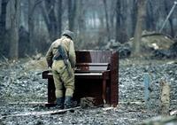 Il jouait du piano debout.