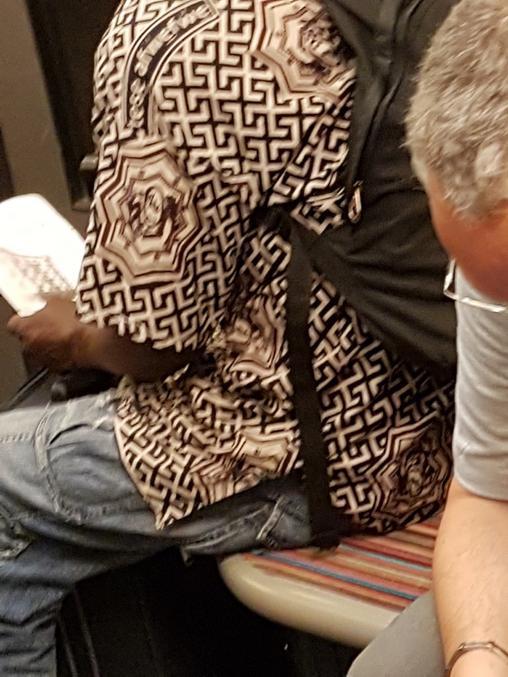 Salut! Je vous sollicite encore : j'ai vu cette chemise dans le métro sauriez vous où je peux trouver la même?