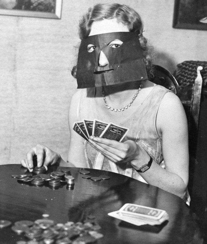 Un masque inventé pour dissimuler les réactions du visage pendant les parties de poker.