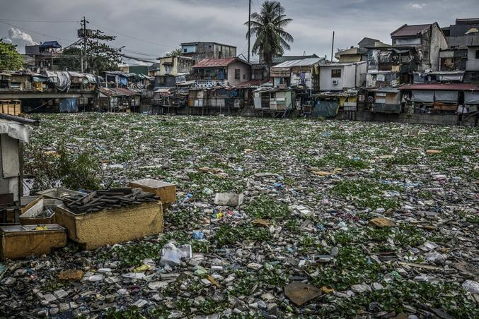 """Les eaux de l'Estero de Vitas sont recouvertes de plastique, de jacinthes d'eau et de déchets qui se déverseront dans la baie de Manille, à quelques kilomètres de là, puis dans la mer de Chine méridionale. Une photographie signée James Whitlow Delano, à découvrir dans l'expo """"Une planète noyée dans le plastique"""" au couvent des Minimes, Perpignan, du 29 août au 27 septembre 2020."""