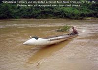 Au Viet-Nam, les paysans ont récupéré et aménagé jes réservoirs supplémentaires d'essence...
