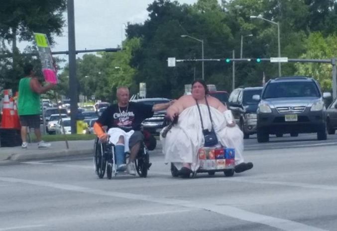 Un couple en ville.