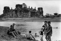 Eté 1945, dans Berlin dévasté, on trouve quelques baigneurs dans la Spree.