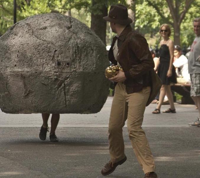 Je vous épargne les recherches, si vous voulez vous aussi faire un costume sur mesure : http://ilyasmelansky.com/giant_boulder.html