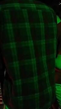 De quelle couleur est sa chemise