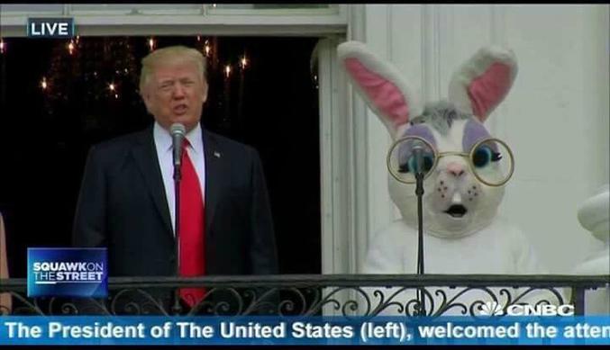 La chaîne CNBC préfère préciser que le président des Etats Unis est à gauche de l'écran afin d'éviter toute confusion avec le lapin de Pâques (qui est à droite, du coup, par élimination.)