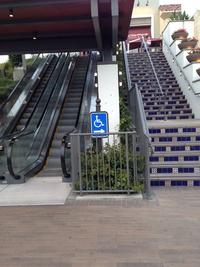 Les escalators, ce n'est pas pour les handicapés