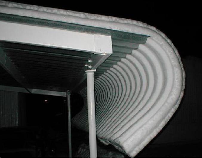 Un toit en tôle a donné une jolie forme à la neige.
