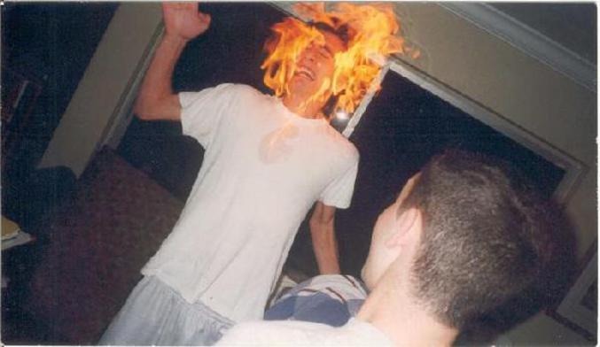 Une photo d'un garçon dont la tête brûle
