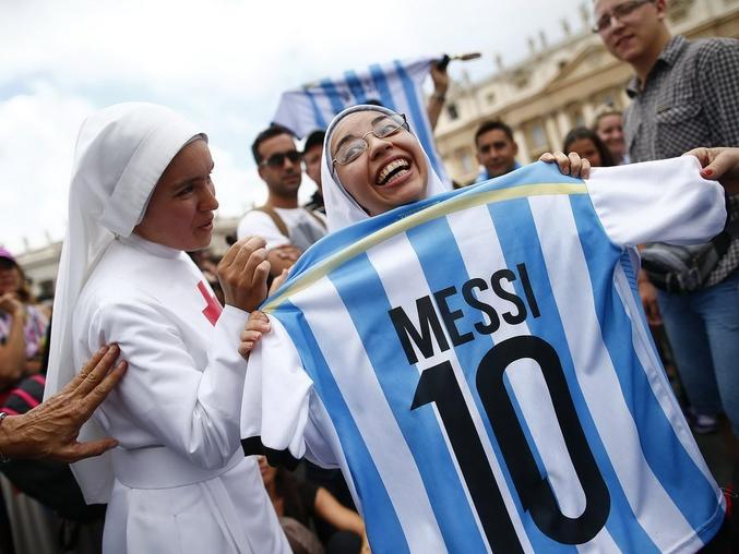 Une bonne sœur et un maillot de footballeur.