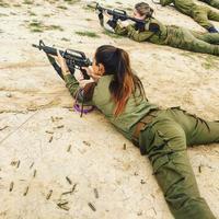 Soldates israéliennes au pas de tir.