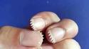Se tailler les ongles originalement