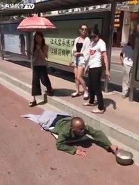 Une femme piétine un pauvre mendiant pour l'humilier