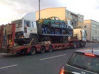 Un pick-up dans un petit camion sur un camion dans un encore plus grand camion.