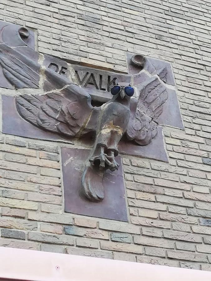 Un néerlandais a amélioré une statue, qui a visiblement la classe maintenant.