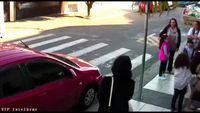 Une femme-policier, qui passait par là, utilise son pistolet taser