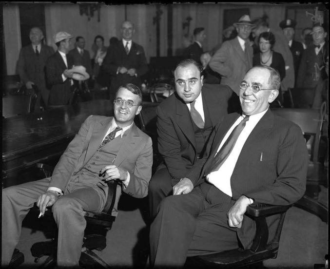 """... au début de son procès pour fraude fiscale, basée sur la comparaison entre ses revenus déclarés et son train de vie quotidien.  Pour mémoire, c'est la seule faille qui fût trouvée pour faire """"tomber"""" Al Capone, Eliot Ness étant d'ailleurs lui-même un agent du trésor américain. Al Capone sera condamné à 11 ans de prison ferme."""