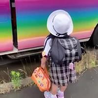 Une écolière japonaise prend le bus