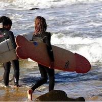 Surfeuse qui pénêtre dans l'eau