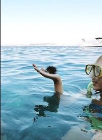 Un homme aux cheveux pointus sur le point de plonger dans l'eau