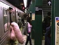 Kan tu déballes ton matériel dans le métro