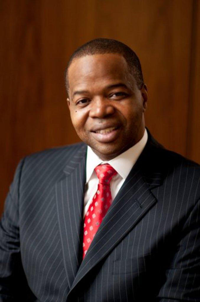 """Kenneth """"Ken"""" P. Thompson (1966 - 9 octobre 2016), avocat, District Attorney de Kings County. Il est connu en France comme ayant été l'avocat de Nafissatou Diallo dans l'affaire DSK. Il mérite un éloge un peu plus approfondi. Ken Thompson est on ne peut plus new yorkais. Né à New York, il a étudié dans les écoles publiques de la ville, puis il a fait son droit au John Jay College of Criminal Justice, à Manhattan. Il a été substitut fédéral, avocat, jusqu'en 2014. En 2013, il a battu aux élections de District Attorney (procureur) de Kings County (Brooklyn) Charles J. Hynes, en poste depuis 1990. C'est la première fois qu'un DA était battu dans une élection à Kings County depuis 1911. Et Thompson fut le premier noir à ce poste.  Ça me fait mal de dire du mal d'un procureur, mais son bilan en deux ans me plait. Il a renoncé à poursuivre les petites détentions de cannabis, qui remplissaient les prisons. Il a mis le paquet sur les possessions illicites d'armes à feu. Et surtout, surtout, il a passé au crible les dossiers archivés. Pourquoi ? Pour rechercher les cas où des personnes ont été condamnées à tort. Il en a trouvé et fait libérer 21.  Thompson avait annoncé il y a une semaine qu'on lui avait diagnostiqué un cancer et qu'il se mettait en congé pour se soigner.Cette bataille est une des rares qu'il aura perdues. Il avait 50 ans, était marié depuis 17 ans et était père de deux enfants. In memoriam.  (Hommage nécrologique de Maitre Eolas, sur twitter)"""