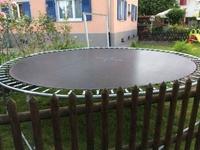 Allez jouer sur le trampoline les enfants
