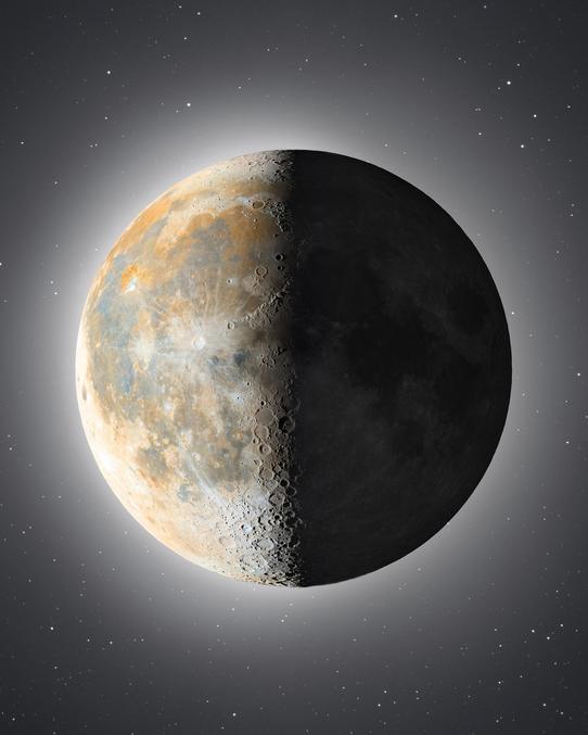 """Source : https://www.instagram.com/astronophilos : """"Les couleurs que vous voyez révèlent de la composition en minéraux de la surface de la Lune : les zones oranges/rouges sont constituées d'oxydes de fer, alors que les zones bleues/violettes sont riches en titane"""""""