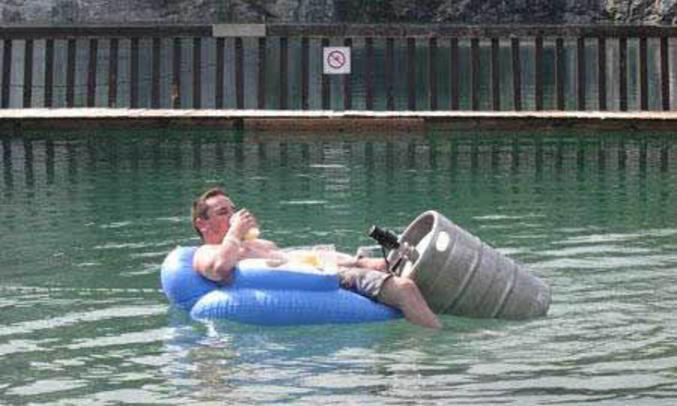 Un homme qui a prévu ses réserves de bière pour l'après midi