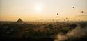 Envol de montgolfières au soleil couchant