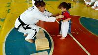 Montrer la voie à une jeune taekwondoïste