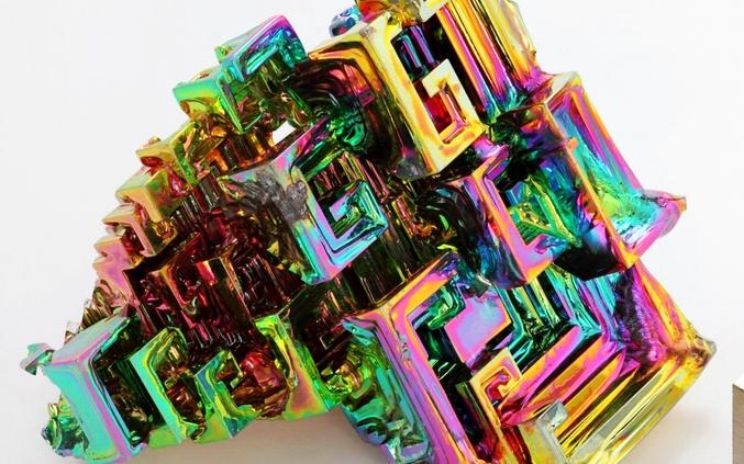 Le bismuth est un élément chimique de la famille des pnictogènes, de symbole Bi et de numéro atomique 83.  Longtemps confondu avec le plomb ou l'étain8, il a été identifié en 1753 par Claude Geoffroy le Jeune qui l'a séparé du plomb.  C'est un métal dont tous les sels et les vapeurs sont toxiques, peu présent dans l'environnement (moins d'1 µg/m3 dans l'air rural, environ 1 mg/kg dans les sols, l'eau de boisson en apportant 5 à 20 µg/jour). Il est réputé présent en très faible proportion dans les organismes animaux, mais sa cinétique dans l'environnement et les organismes a été peu étudiée contrairement à celle d'autres métaux lourds. On ne lui connaît pas d'utilité en tant qu'oligo-élément.  C'est un sous-produit de l'extraction du plomb, du cuivre, de l'étain, de l'argent et de l'or.  Son nom viendrait de l'allemand « weisse Masse » (masse blanche).