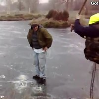 Jeu sur un étang gelé