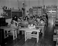 1951: Dans une institution religieuse d'Amsterdam, des jeunes filles apprennent à travailler...