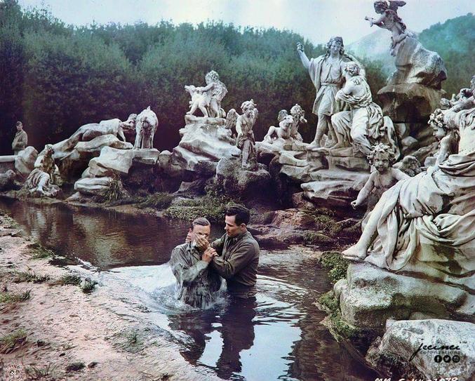 Un aumônier militaire (américain?) baptise un catéchumène dans une fontaine du château de Caserte. Italie, 1944.