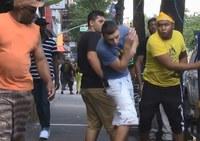 Caméra cachée bizarre: il marche sur les pompes neuves des blacks dans la rue