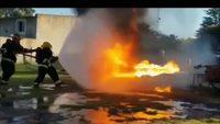 Lance-flamme contre lance à incendie